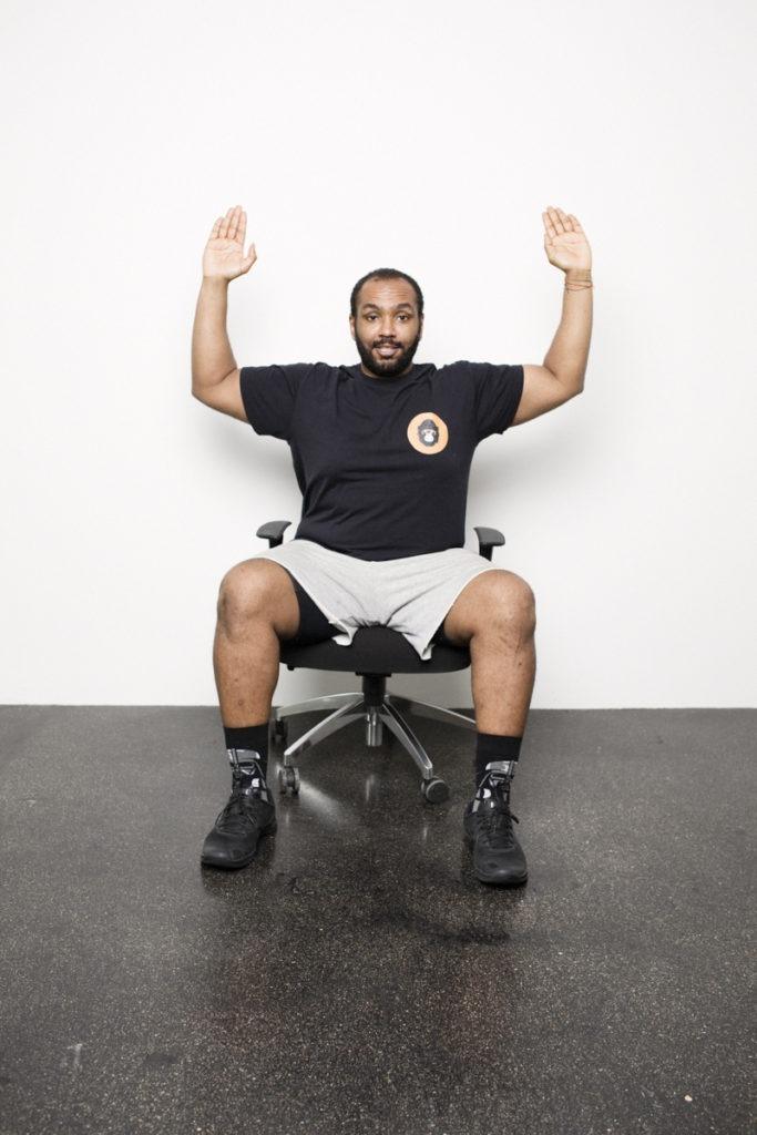 Office Workout am Schreibtischstuhl im Skillbeast Shirt