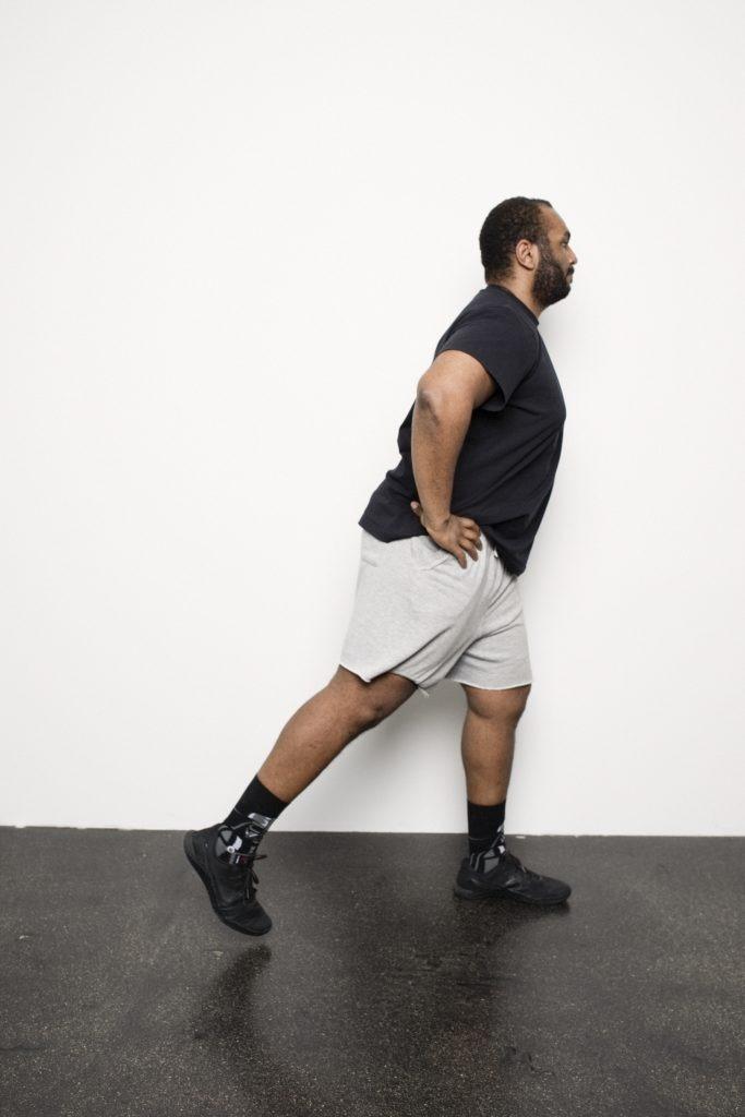 Personal Trainer zeigt Fitnessübung